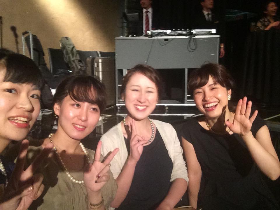 女子美卒業生の中村さん(左),竹中さん(左中)、名越さん(右中)、村上さん(右)